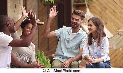 étudiants, amis, élevé, célébrer, divers, cinq, multi-ethnique, donner, amitié, heureux