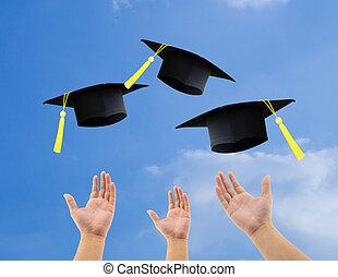 étudiants, chapeaux, ciel, remise de diplomes, air, célébrer, fond, lancement