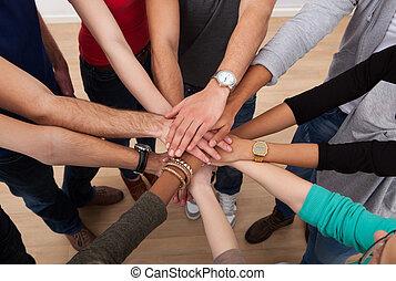 étudiants, empilement, collège, multiethnic, mains