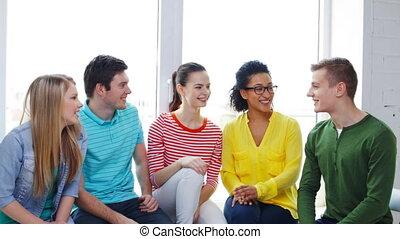 étudiants, haut cinq, confection, sourire, geste