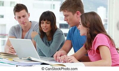 étudiants, ordinateur portable, travailler ensemble, heureux