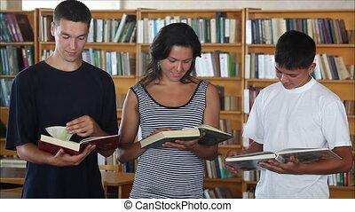 étudiants, regarder, sourire, appareil photo, bibliothèque