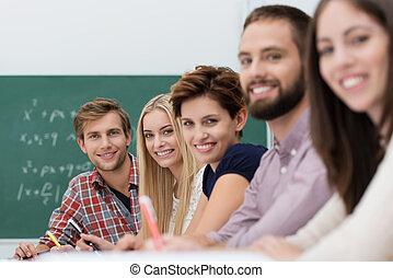 étudiants, université, satisfait, heureux