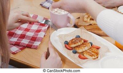 -, verse, peu, déjeuner, café, serveuse, crêpes, sirop, couple, avoir