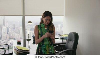 10, bureau, femme affaires, moderne, jeune, téléphone, latina