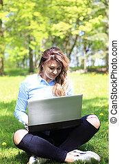 20, fonctionnement, extérieur, ordinateur portable, jeune, années, herbe, joli, vieux, girl, caucasien, mensonge