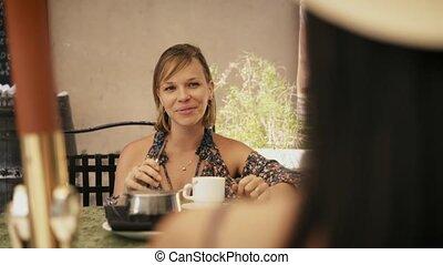 6-women, amis, cigarette fumer, cafétéria, électronique