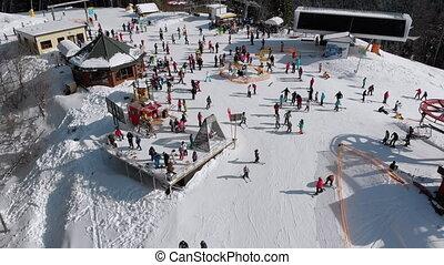 aérien, foule, pente, ski, vue, recours, ski, lifts., skieurs, pic