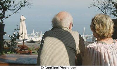 aînés, séance, couple, regarder, quoique, rue, mer, café