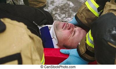 accident, secours, firefghters, voiture, levage, man., blessé, après, fracas