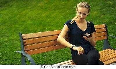 accomplissements, femme, elle, séance, vérification, trackers., résultats, banc, séduisant, blonds, fitness