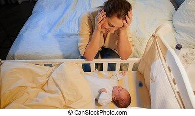 accouchement, épuisé, balancer, baby., berceau, après, sans sommeil, jeune femme, nights., dépression, maternel, nouveau né, elle