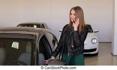 achat, demande, conversation, jeune, téléphone, salle exposition, voiture., elle, nouveau, girl
