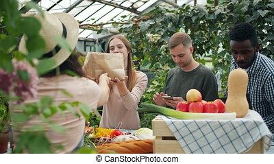 achat, gens, groupe, ferme, papier, organique, prendre, marché, multi-ethnique, nourriture, sacs