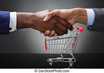 achats, deux, charrette, mains, devant, homme affaires, secousse, vide