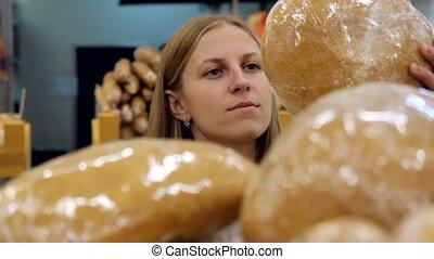 achats femme, centre, étagère, prendre, jeune, chooses, elle, pain, bakery.