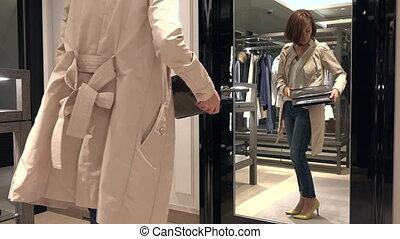 achats femme, cuir, regarder, sac, miroir, heureux