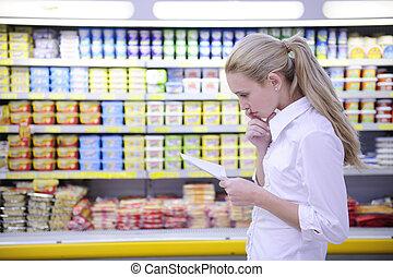 achats femme, elle, liste, supermarché, lecture