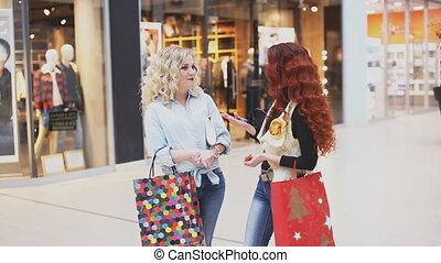 achats, mall., deux, conversation, thème, femmes