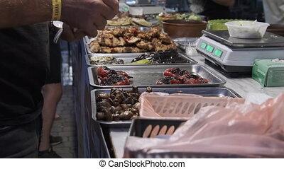 achats, rue, festival., acheteur, nourriture, légumes, grillé, vitrine, viande