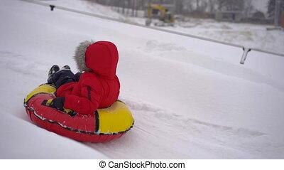 activités, concept., amusement, tuyauterie, recours, park., montagne, garçon, avoir, coup, hiver, fetes, slowmotion, peu