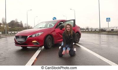 adolescent, accident, asphalte, séance, démoli, voiture., mouillé, girl, route