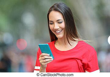 adolescent, bleu, téléphone, rue, rouges, utilisation, intelligent