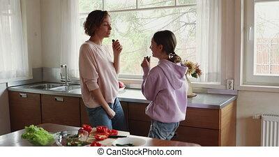 adolescent, chant, heureux, fille, maman, cuisine, apprécier