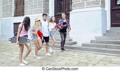 adolescent, groupe, university., étudiants, marche, séduisant