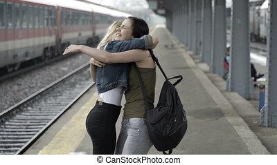 adolescent, marche, station, filles, deux, réuni, main, train, étreindre, maison, heureux