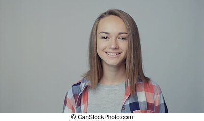 adolescent, regarder, appareil photo, closeup, portrait, fille souriant