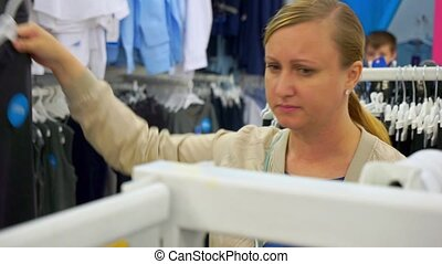 adolescent, school., vêtements, chooses, fils, maman, assaisonnement, dehors, vient, son's