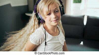 adolescente, écouteurs, danse