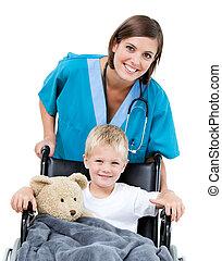 adorable, peu, docteur, femme, porter, gentil, fauteuil roulant, hôpital, garçon