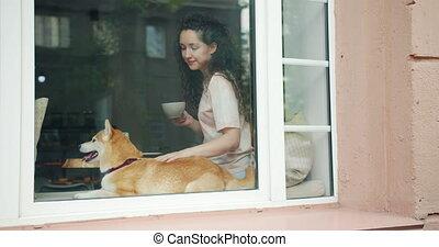 adorable, séance, thé, chien, fenêtre, étudiant, café, rebord, caresser, heureux