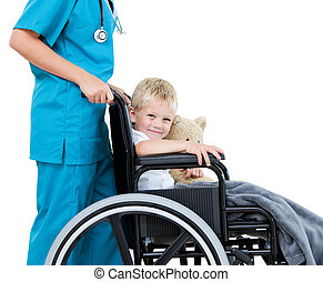 adorable, sien, peu, teddy, docteur féminin, ours, porter, fauteuil roulant, hôpital, garçon, clair
