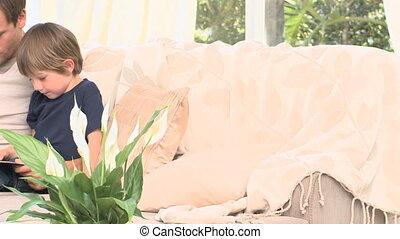 adorable, sien, sofa, père, garçon