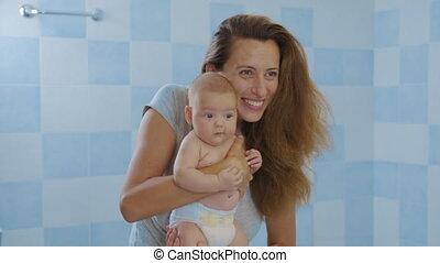 adorable, tenue, heureux, nourrisson, kid., caresser, girl, petit, aimer, fille, affectueux, bébé, mignon, embrasser, enfant, home., tendre, mère, debout, baisers, jeune, maman