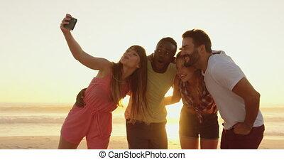 adulte, amis, coucher soleil, seflies, 4k, prendre, jeune, plage