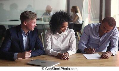 affaire, contrat, faire, heureux, hypothèque, signe, africaine, couple, propriété, vrai