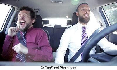 affaires drôles, danse, voiture, hommes, deux, heureux