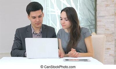 affaires femme, discuter, ordinateur portable, jeune, comparer, séduisant, données, homme