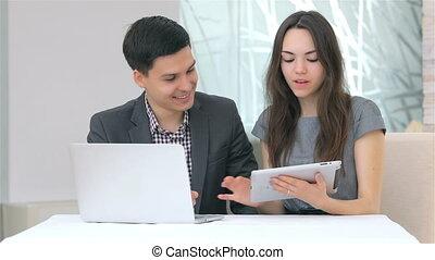 affaires femme, données, jeune, discuter, homme, collating, séduisant
