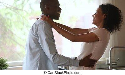 affectueux, couple, africaine, jeune, liaison, embrasser, américain, heureux, cuisine