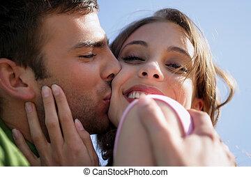 affectueux, couple, jeune