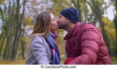 affectueux, couple, parc, automne, baiser, tendre