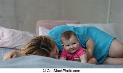 affectueux, elle, jeune, mère, bébé, baisers, girl