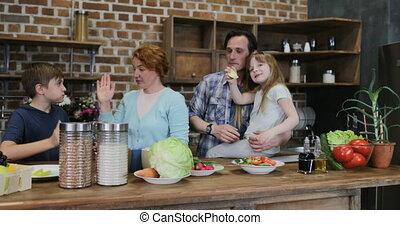 afrer, famille, donner, gai, cuisine, deux, ensemble, repas, élevé, parents, maison, cinq, sourire, cuisine, enfants, heureux