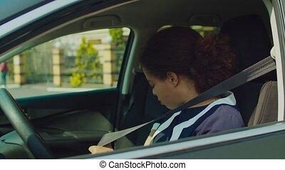 africaine, attacher, femme, voiture, ceinture, chauffeur, siège