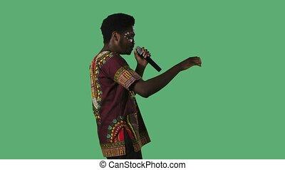 africaine, blanc mâle, jeune, ethnique, modèle, clair, homme, poser, chemise verte, national, studio., portrait, côté, ornement, écran, chanson, figure, américain, chant, microphone., vue, noir